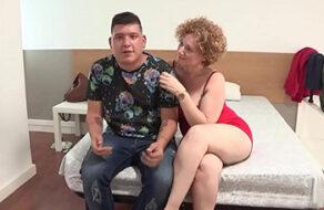 Madura española de grandes tetas enseña a un jovencito a follar
