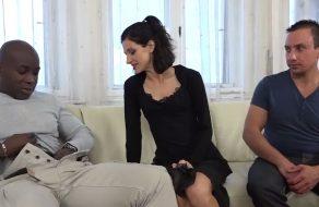 Cornudo cede a su esposa para que le follen el culo
