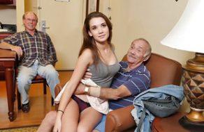 Putita va a la residencia de ancianos a follar con viejos