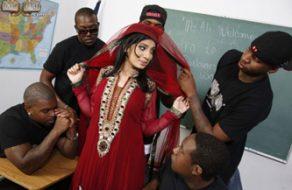 Mujer musulmana violada en una clase llena de negros