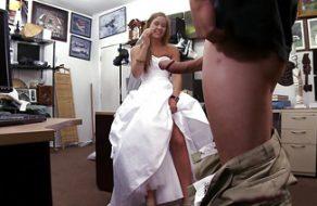 Se la follan cuando intenta vender su vestido de novia