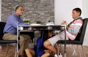 Su padre al lado y ella comiendo la polla de su novio