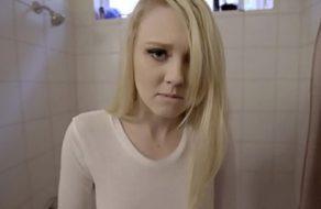 Folla a la guarra de su hija después de mancharse