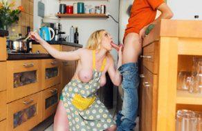 Jovencito le mete la polla a su madre mientras está cocinando