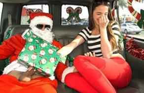 Putita recibe un gran regalo de Navidad: la polla de Papá Noel