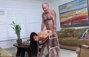 Viejo decrépito usa viagra para follarse a una jovencita