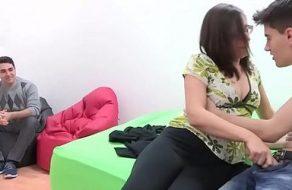 Marido español cornudo ve como su mujer folla con un yogurín