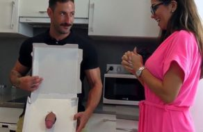 Española putita recibe una pizza de polla y la paga con su cuerpo