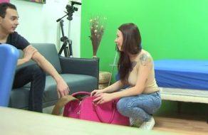 Actriz española muy cerda se folla a un jovencito nervioso e inexperto