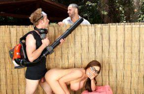 Jardinero folla con una madura tetona mientras el marido no se entera