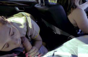 Estudiante chupa la polla de su padre mientras mamá conduce