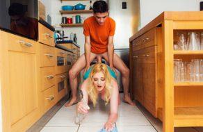 Hijo violador interrumpe a su madre cocinando para penetrarla