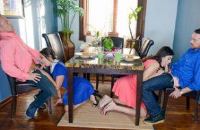 Maduros en la crisis de los 40 se intercambian y follan a sus hijas