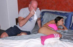 Padre vicioso mete mano a su hija y consigue follársela
