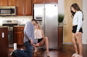 Madre seduce al novio de su hija y se lo follan las dos juntas