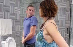 Madre muy puta sorprende a su hijo en el baño y se lo folla a saco