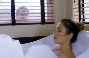 Esposa infiel se folla a su vecino en la bañera