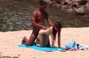 Cubano bien dotado busca una española para follarla en la playa