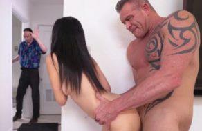 Padre casi descubre a su hija follada brutalmente por su profesor