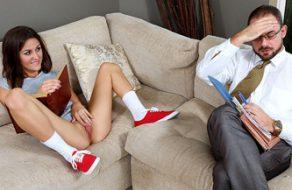 Zorrita le enseña el coño al vendedor de la inmobiliaria para follárselo