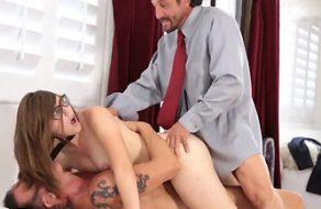 Su padre la descubre por sorpresa follando y la encula para castigarla