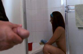 Chica de la limpieza viciosa folla con su jefe para ganar más dinero