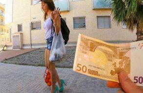 Española folla en una furgoneta cuando vuelve de hacer la compra en el super
