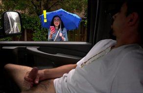 Putita tímida se sube al coche de un desconocido y folla como una loca