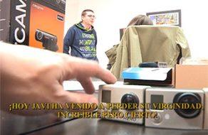 Madurita española viciosa le quita la virginidad a un chico que ha conocido online