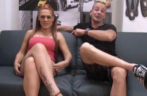 Pelirroja española le pide a su novio que la encule mientras les graban