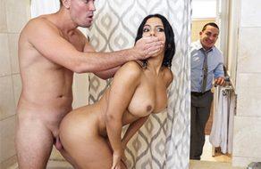 Cornudo casi caza a su esposa latina follándose al amante en la ducha