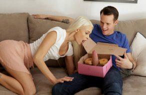 Zorrita se encuentra la polla de su hermano dentro de una caja de donuts