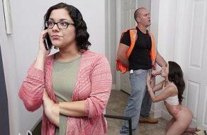 Obrero se cobra la deuda de su clienta follándose a la puta de su hija