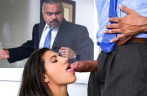 Se folla a la hija de su jefe y le pilla llenándole la cara de leche