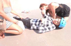Españolas maduras se follan a un chico jovencito que se corre dos veces