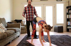Hija viciosa quiere hacer deporte extra con la polla de su padre