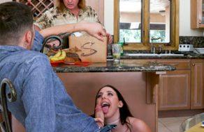 Puta tetona se folla a su profesor particular con el padre en la cocina