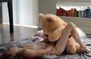 Teen le pone una polla a su oso de peluche para follárselo