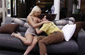Madre ninfómana inicia en el sexo a su hijo totalmente virgen