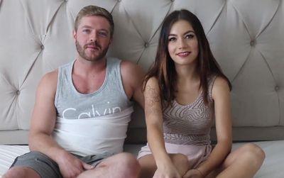 Americano convence a su joven novia de Marruecos para grabar porno amateur