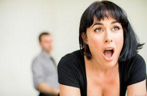 Abusa de su secretaria y la folla para que evite el despido