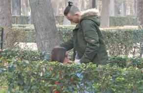 Viciosa española busca un chico joven en el Retiro para que la folle