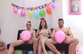 Española jovencita y risueña celebra su cumpleaños con dos pollones