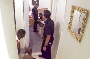 Policías blancos se follan a una putita negra mientras tienen al novio esposado