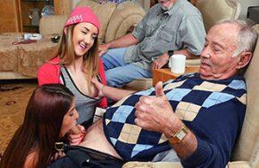 Abuelo convence a las putas de sus nietas para que follen con él y le den una alegria