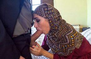 Mujer árabe acepta dinero extra a cambio de que su nuevo jefe se la folle