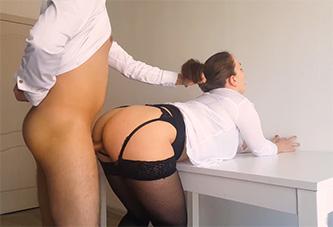 Su jefe la pilla masturbándose y se la folla como una puta secretaria