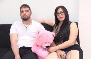 Cornudo regala a su novia española para que otro tío se la folle delante de él