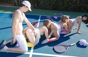 Jugadoras de tenis se follan a su entrenador en medio de la pista