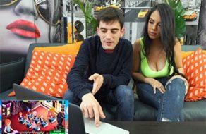 Katrina Moreno folla con Jordi ENP mientras juegan una partida a FAP CEO